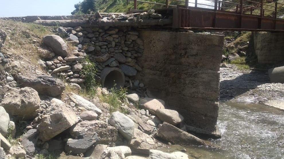 کشمیر: کپوارہ کے پشواری میں رضاکارانہ طور پر تعمیر کیا جانے والا پل سیلابی ریلے کی نذر، لوگ پریشان
