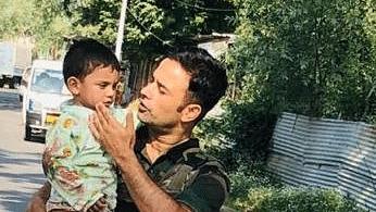 سوپور میں دہشت گردانہ حملے کے دوران ایک فوجی نے بچے کی بچائی جان