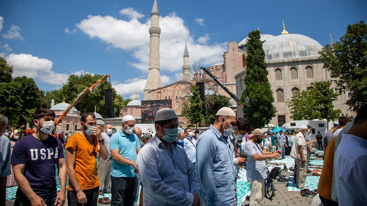 ترکی: اسنبول کی آیا صوفیہ مسجد میں 86 سال بعد نماز پڑتھے مسلمان / تصویر Getty Images