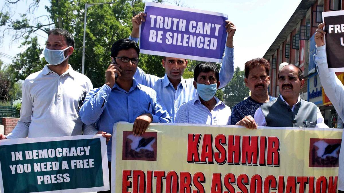 نئی میڈیا پالیسی سے ناراض صحافیوں کا احتجاج، کہا 'ہماری آواز ہی نہیں گلا ہی گھونٹ دیں'