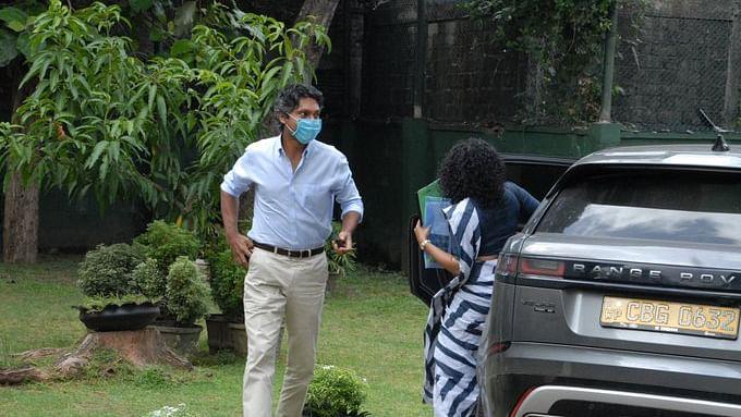 سری لنکا کے سابق کپتال کمار سنگاکارا پولیس کے ذریعے کی گئی پوچھ گچھ کے بعد باہر آگے ہوئے @RexClementine