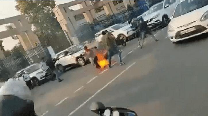 یوگی کے دفتر کے باہر دبنگوں سے عاجز ماں-بیٹی نے خود کو لگائی آگ