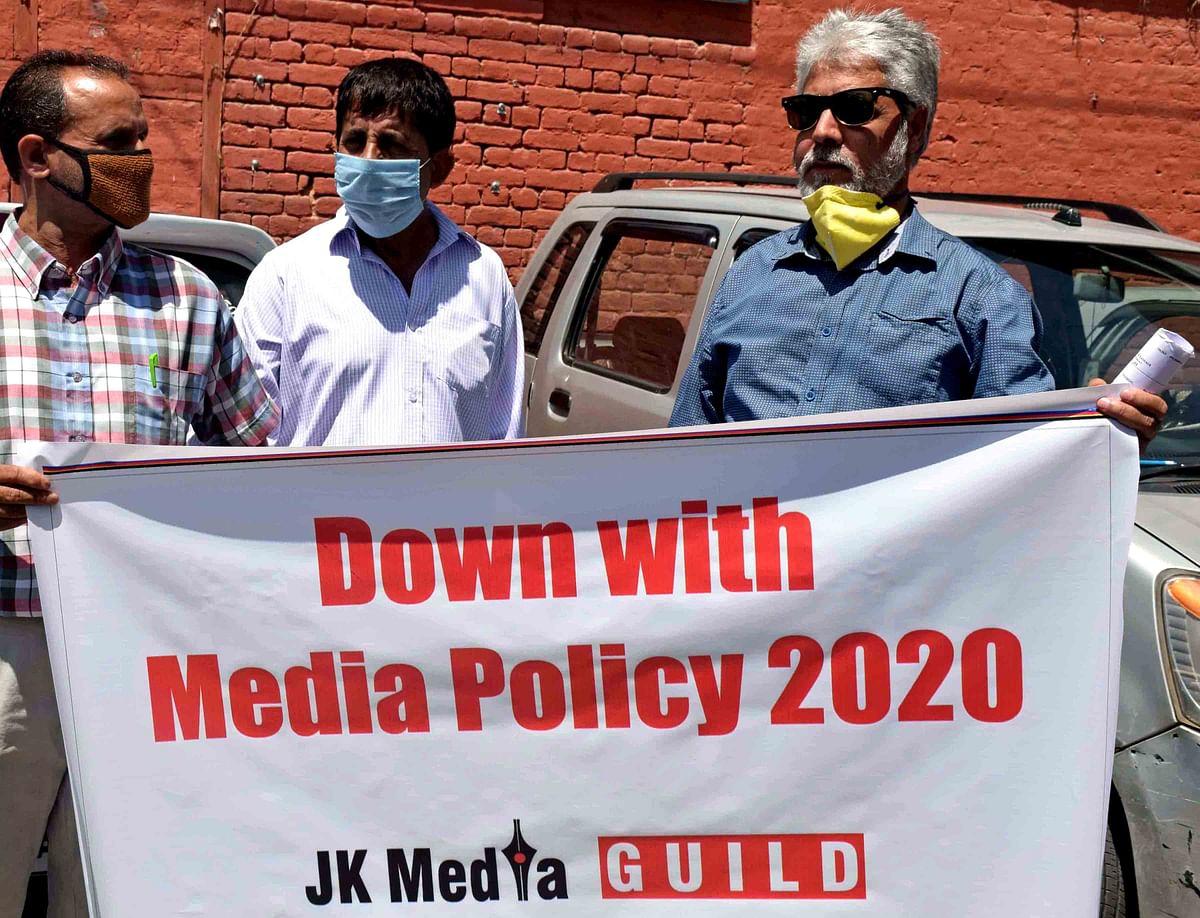 حکومت کے خلاف جموں و کشمیرکے صحافی احتجاج کرتے ہوئے، تصویر یو این آئی