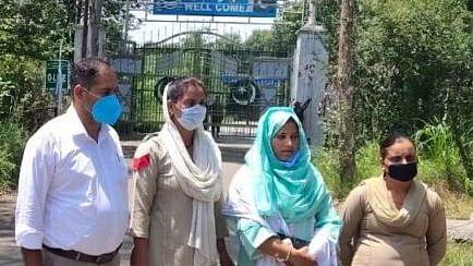 بارہمولہ کی خاتون شاہینہ 14 ماہ بعد مقبوضہ کشمیر سے گھر لوٹیں