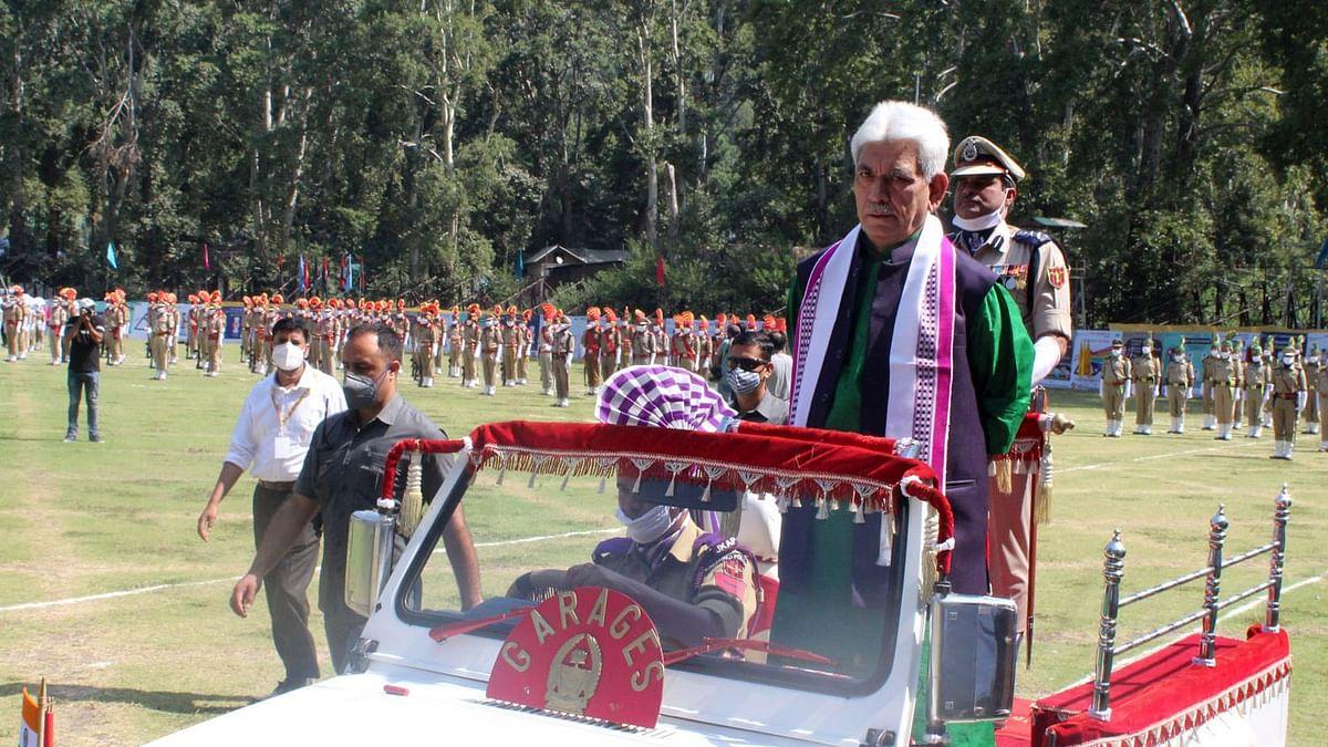 سرینگر میں یومِ آزادی کی تقریب کے دوران ایل جی منوج سنہا / تصویر ٹوئتر @UmarGanie1