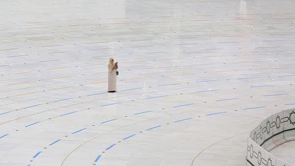 مسجدالحرام میں تنہا دعا کرتی خاتون