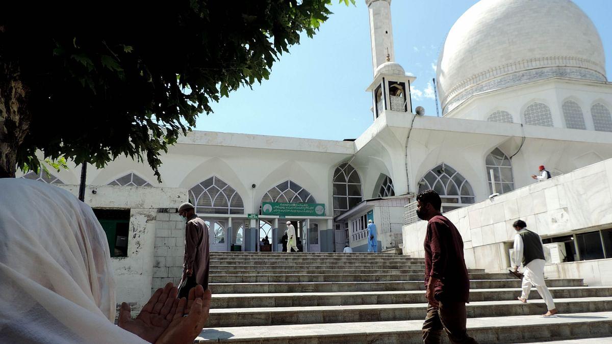 فاروق عبداللہ کی چرار شریف میں علمدار کشمیر کے آستان عالیہ پر حاضری