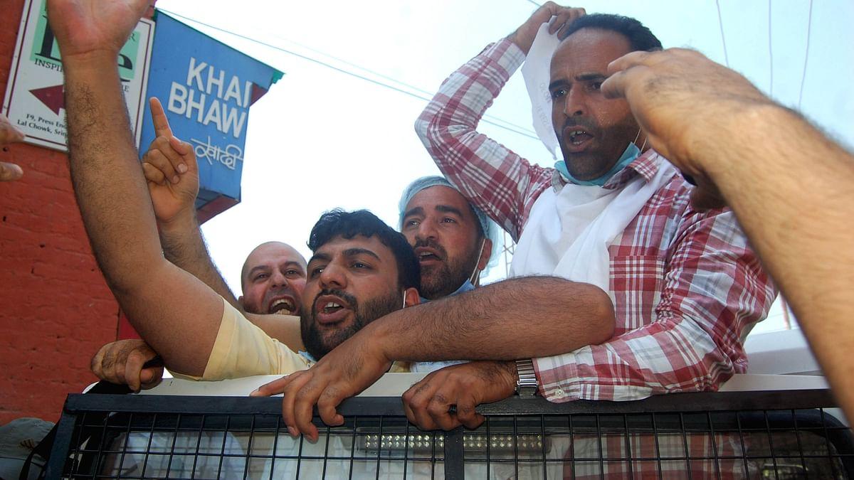 اپنے مطالبات کے لئے احتجاج کرتے ملازمین / تصویر یو این آئی