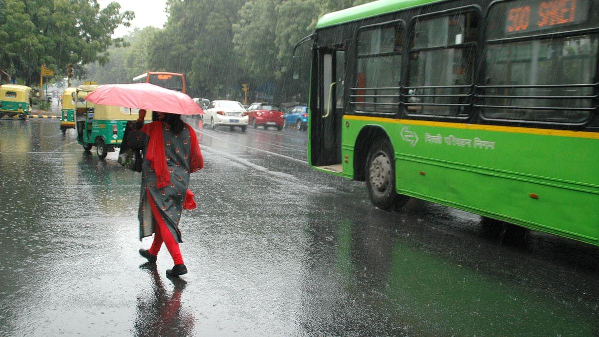 دہلی-این سی آر میں موسلا دھار بارش، پانی جمع ہونے سے متعدد مقامات پر ٹریفک جام