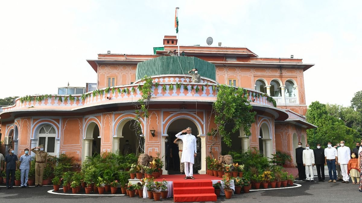 جے پور: یوم آزادی کے موقع پر قومی پرچم کو سلام پیش کرتے راجستھان کے وزیر اعلیٰ اشوک گہلوت / تصویر یو این آئی