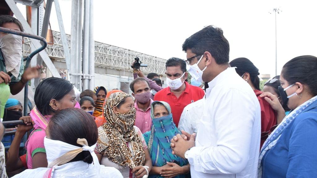 دہلی ریاستی کانگریس کمیٹی کے صدر چودھری انل کمار جھگی باشندوں سے ملاقات کرتے ہوئے
