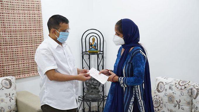 کورونا جنگجو راجیش بھاردواج کے لواحقین کو سی ایم کیجریوال نے دیا ایک کروڑ روپے کا چیک