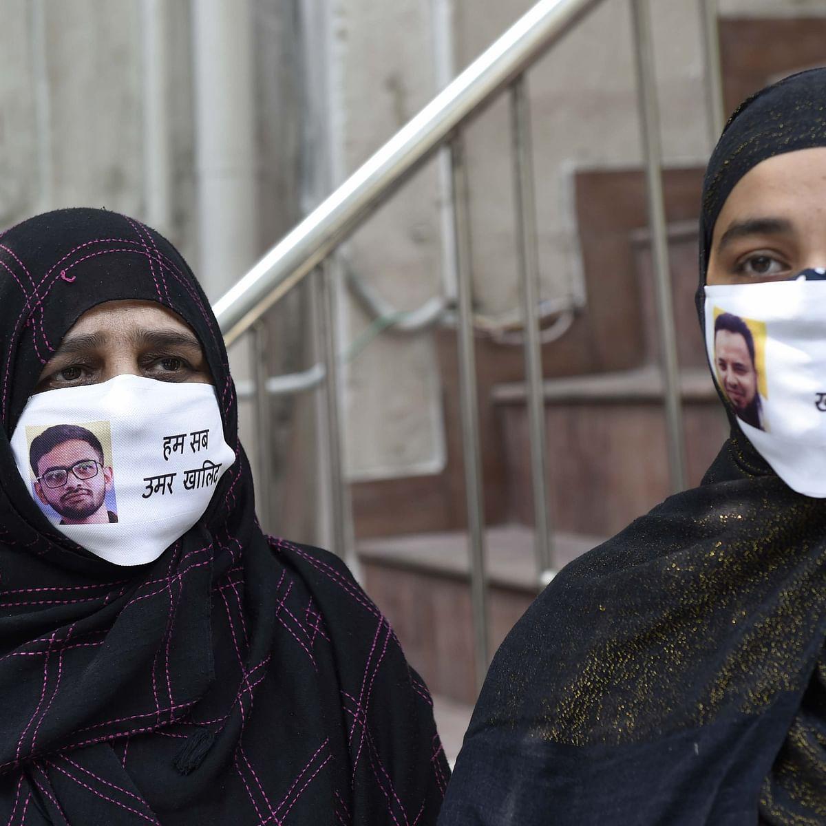 عمر خان کی والدہ اور یونائیٹڈ اگینسٹ ہیٹ کے خالد سیفی کی اہلیہ دہلی میں ہونے والی ایک پریس کانفرنس میں شامل ہوئیں/ Getty Images