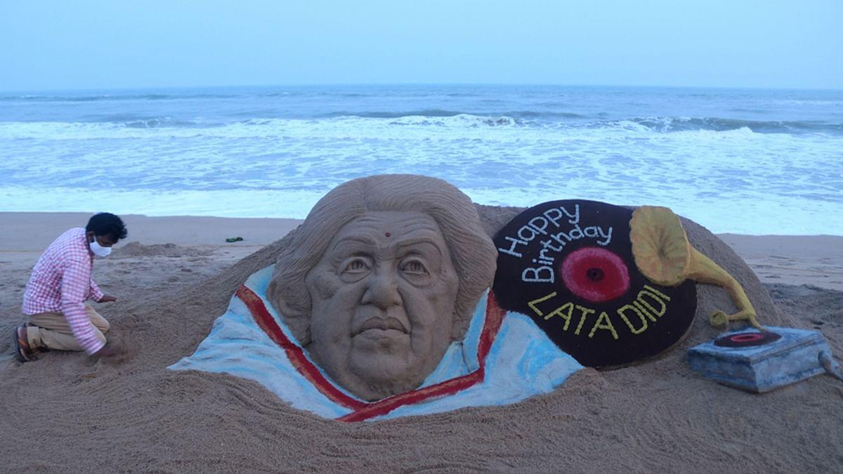 سدرسن پٹنائک نے مشہور گلوکارہ لتا منگیشکر کو ان کی 91 ویں سالگرہ کے موقع پر مبارکباد دینے کے لئے ریت کا مجسمہ تیار کیا، تصویر یو این آئی