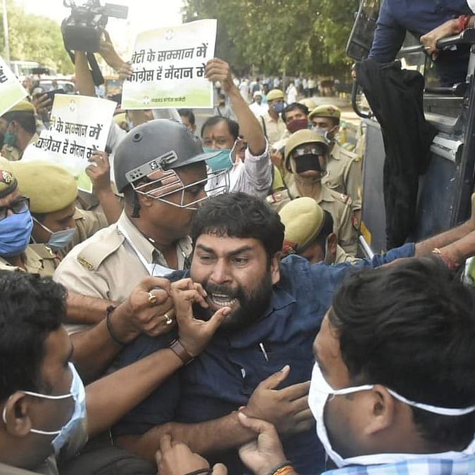 ہاتھرس گینگ ریپ کے خلاف دہلی میں مظاہرہ کرتے کانگریس کارکنان