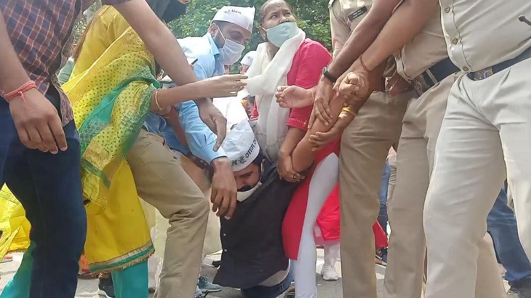 یوگی کی پولس نے سنجے سنگھ کی آواز دبانے کے لیے انھیں حراست میں رکھا: عآپ
