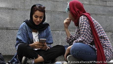 ایران، سوشل میڈیا فوج کے حوالے کرنے پرغور