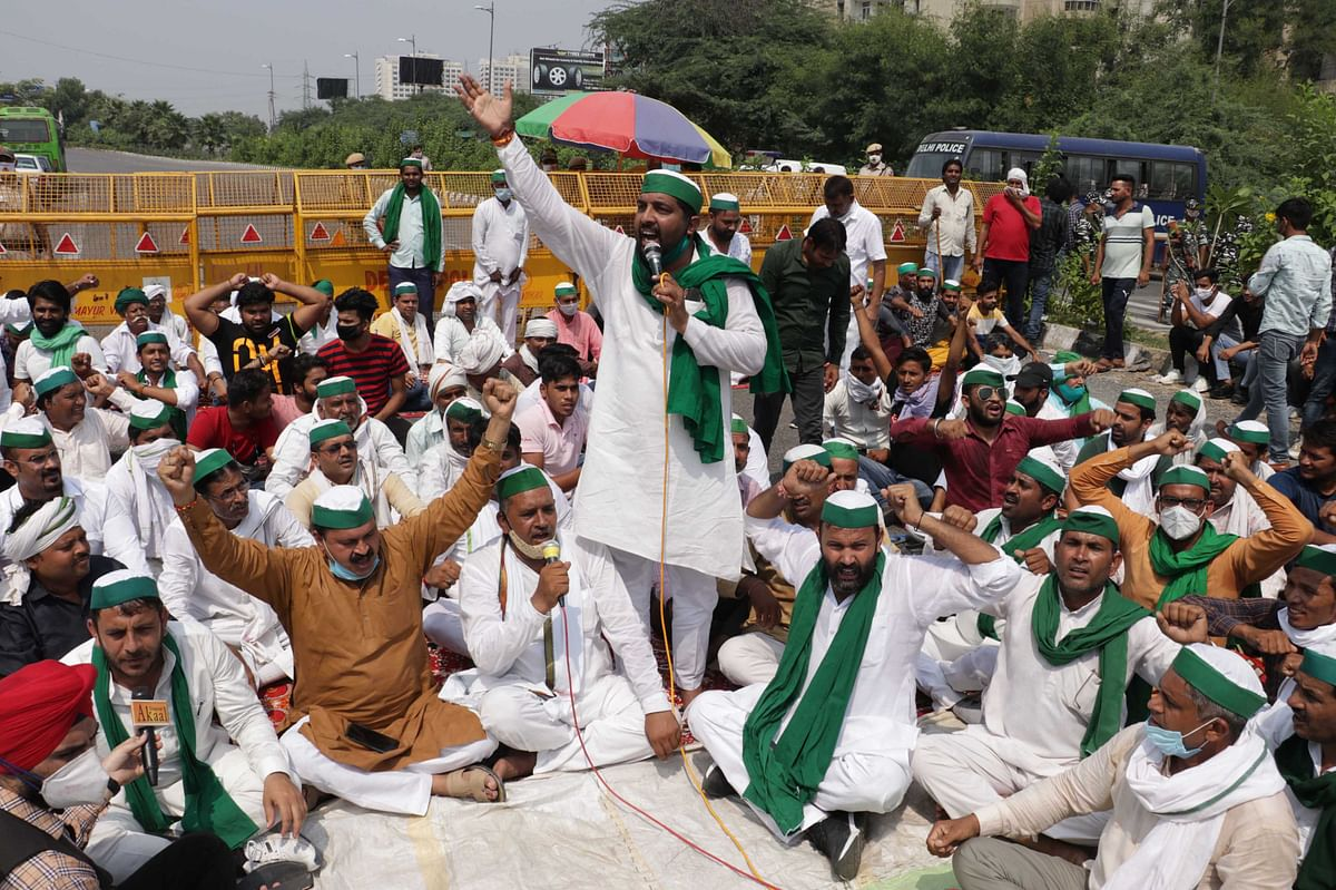 بھارتیہ کسان یونین کے بینر تلے غازی آباد میں مظاہرہ کرتے کسان / تصویر یو این آئی
