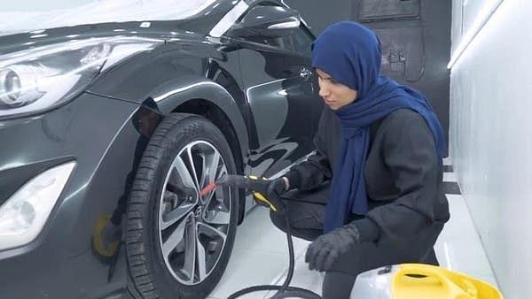 میڈیا اور ٹیلی کام میں تعلیم حاصل کرکے گاڑیوں کی تزئین کا پیشہ اپنانے والی سعودی دوشیزہ