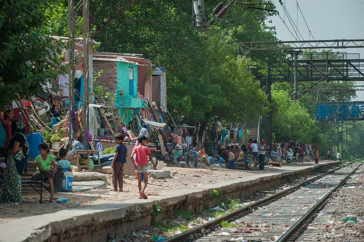 دہلی میں ریلوے ٹریک کے نزدیک واقع جھگیوں کا منظر / Getty Images