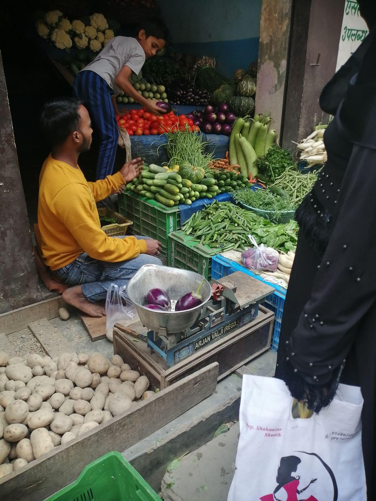گراؤنڈ رپورٹ: 'بوالی' ہو گئیں بازار میں سبزی کی قیمتیں، بن رہے مار پیٹ جیسے حالات