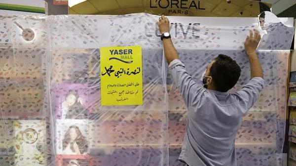 توہین آمیز خاکوں پر ردعمل: عرب دنیا میں فرانسیسی مصنوعات کا بائیکاٹ، حواس باخطہ ہوا فرانس