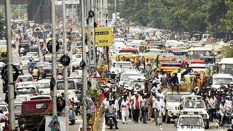 وائرس؟ کیسا وائرس؟ ہندوستان میں سب کام پر