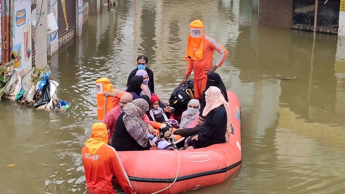 حیدرآباد میں شدید بارش، شہریوں میں خوف، متاثرین راحت کیمپوں میں منتقل ہونے پر مجبور
