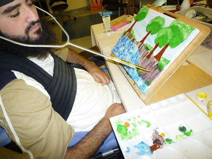 سر کی مدد سے ڈرائنگ میں مہارت حاصل کرنے والے معذور اکرم العدید کی سبق آموز کہانی