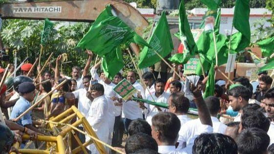 بہار: آر جے ڈی کارکنان نے آرہ میں کیا سڑک جام، انتخابی نتائج میں دھاندلی کا الزام!