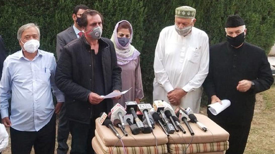 فاروق عبداللہ کی رہائش گاہ کے باہر بجرنگ دل اور شیو سینا کارکنوں کا ہنگامہ