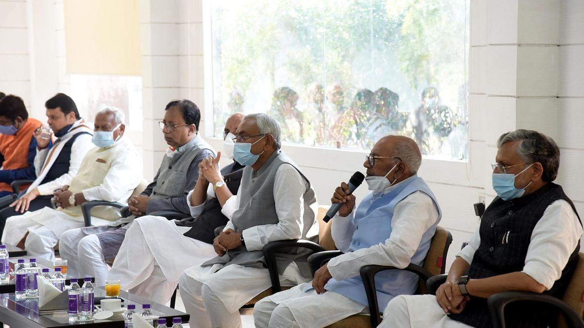 پٹنہ: این ڈی اے قانون ساز پارٹی کے اجلاس میں موجود بی جے پی کے سینئر لیڈر اور مرکزی وزیر راج ناتھ سنگھ، جے ڈی یو کے سربراہ اور بہار کے وزیر اعلیٰ نتیش کمار و دیگر / یو این آئی