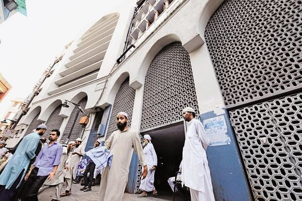 بنگلہ والی مسجد میں پنج وقتہ نمازیں شروع، دانشور مسلم طبقہ میں خوشی کا ماحول