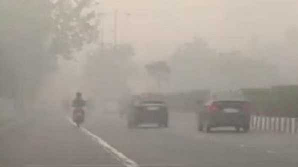 دہلی میں گھنا کہرا، درجہ حرارت 8 ڈگری سینٹی گریڈ رہنے کی امید