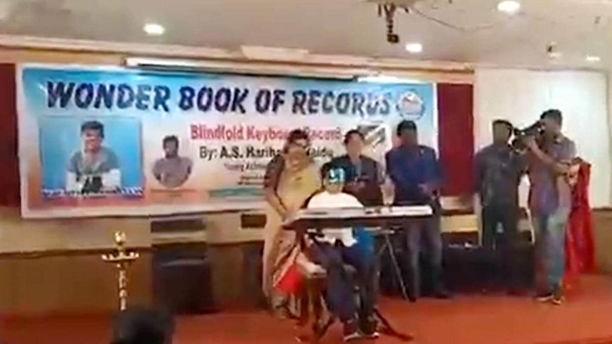 آنکھوں پر پٹی باندھ کر نصف گھنٹے میں 20 گیتوں کی بجائی موسیقی، حیدرآبادی لڑکے کا انوکھا ریکارڈ