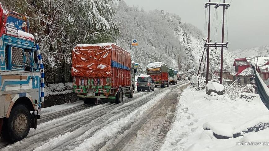 برف باری کے سبب سری نگر- جموں قومی شاہراہ پر ٹریفک کی نقل و حمل بند