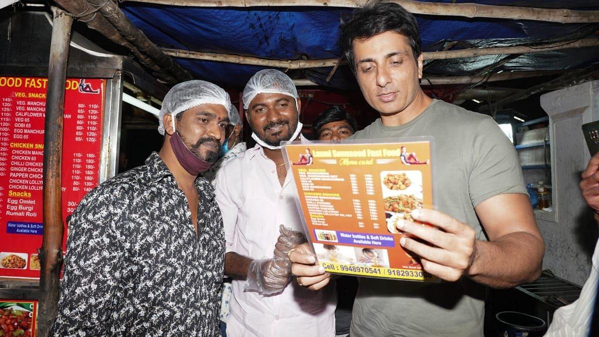 حیدرآباد: 'اصل ہیرو سونو سود' مداح کی جانب سے اپنے نام سے کھولے گئے فاسٹ فوڈ سنٹر پہنچ گئے
