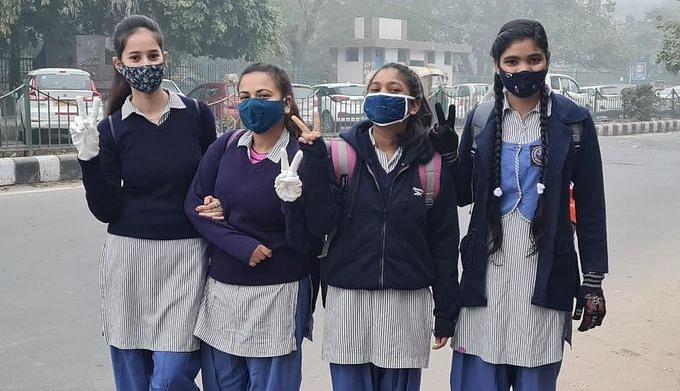 لاک ڈاؤن کے بعد پہلی بار اسکول جاتے راجدھانی دہلی کے بچے / تصویر بشکریہ ٹوئٹر / @PankajJainClick