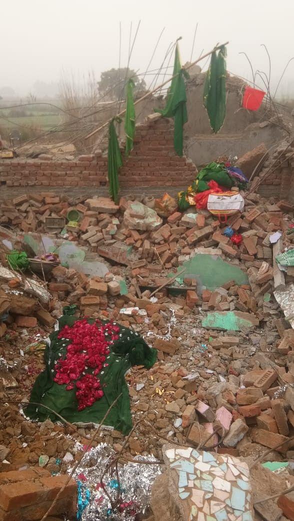 جے سی بی چلنے کے بعد ملبے کے درمیان قبر