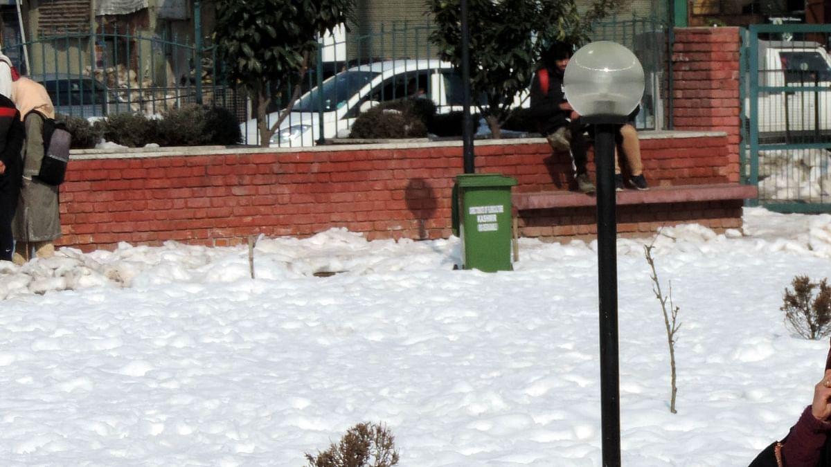 کشمیر میں تازہ برف باری، فضائی و زمینی ٹرانسپورٹ متاثر
