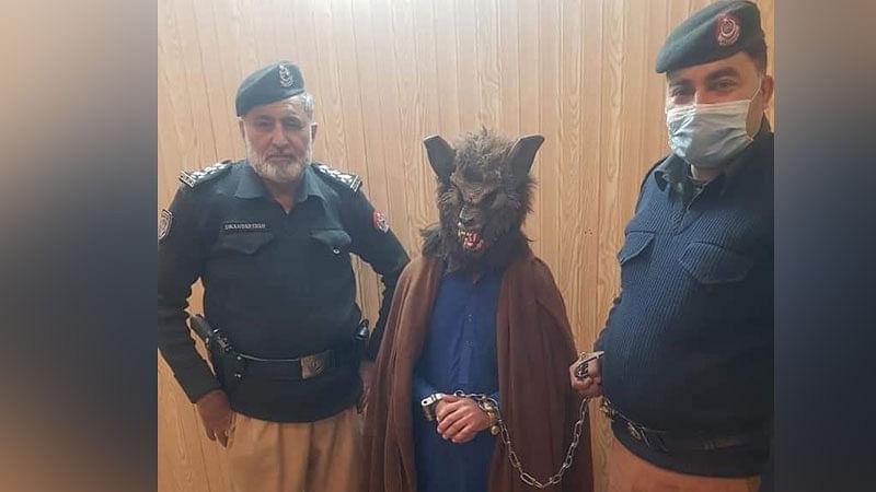 پاکستان: نئے سال کے موقع پر لوگوں کو خوفزدہ کرنے والا 'خونخار بھیڑیا' گرفتار