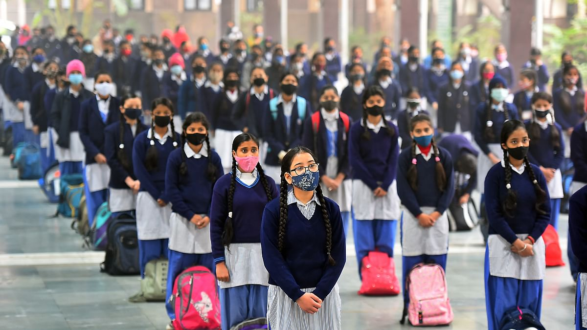 لاک ڈاؤن کے بعد پہلی مرتبہ اسکول پہنچے راجدھانی دہلی کے بچے / Getty Images