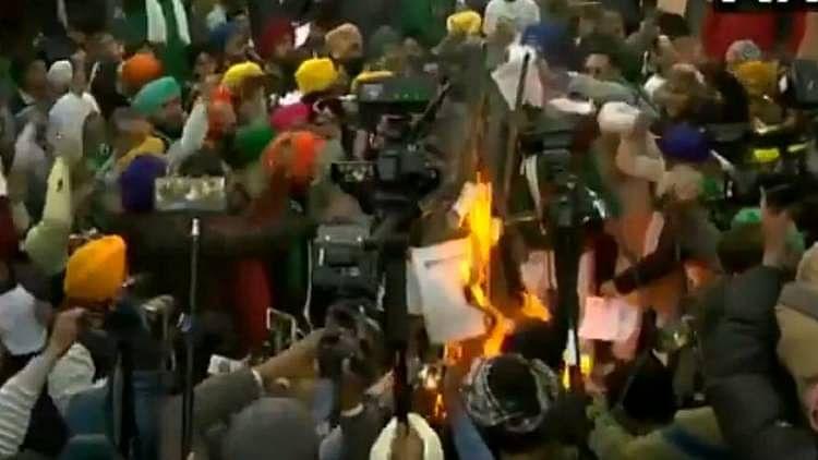 کسان تحریک: دہلی بارڈر پر ہی نہیں، 20 ہزار مقامات پر نذرِ آتش ہوئیں زرعی قوانین کی کاپیاں