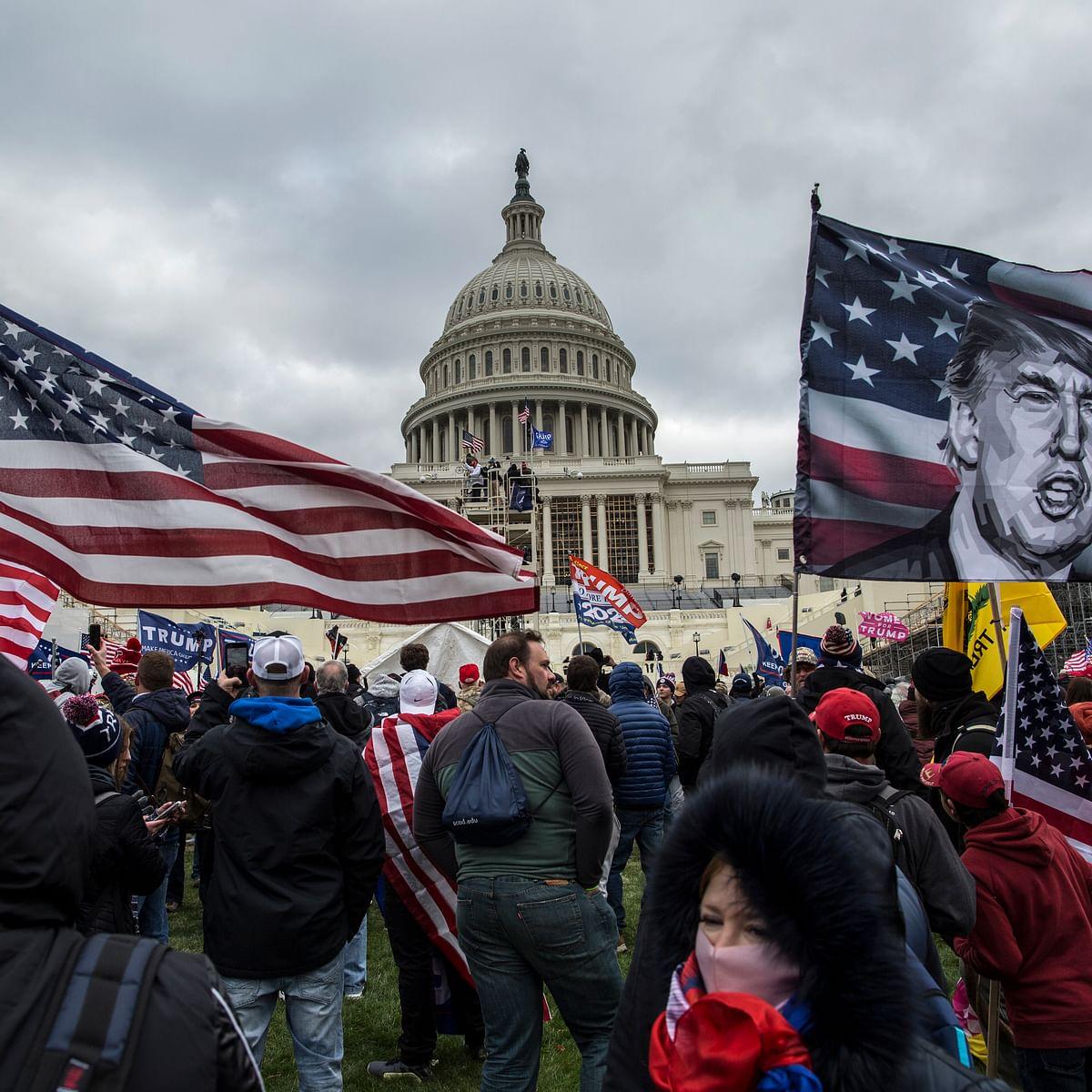 کیپٹل ہلز پر دھاوا بولتے ٹرمپ حامی/ Getty Images