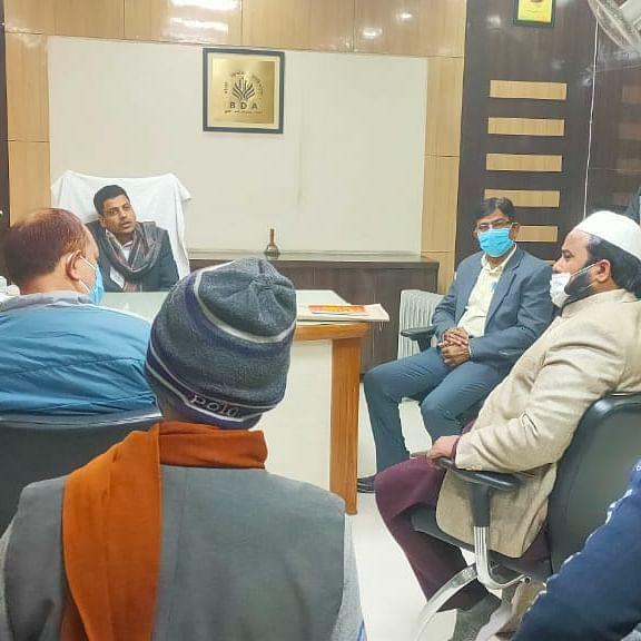 گاؤں والوں کے ساتھ بریلی ڈیولپمنٹ اتھارٹی کے وی سی سے ملاقات کرنے پہنچے رضا ایکشن کمیٹی کے لوگ