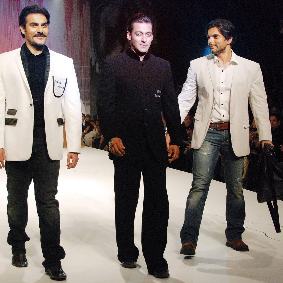 اپنے دونوں بھائیوں ارباز خان اور سہیل خان کے ساتھ سلمان خان / Getty Images