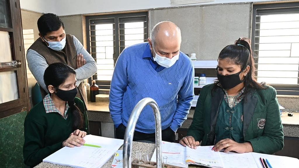 دہلی کے اسکولوں میں کورونا سے متعلق حفاظتی انتظامات کا جائزہ لیتے نائب وزیر اعلیٰ منیش سسودیا