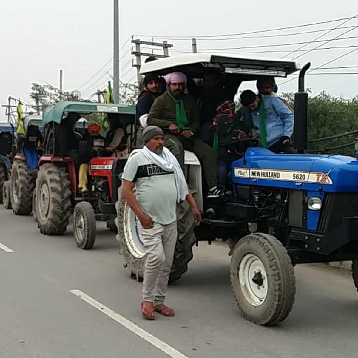 شاہراہ پر ٹریکٹر مارچ نکالتے کسان / تصویر قومی آواز / وپن