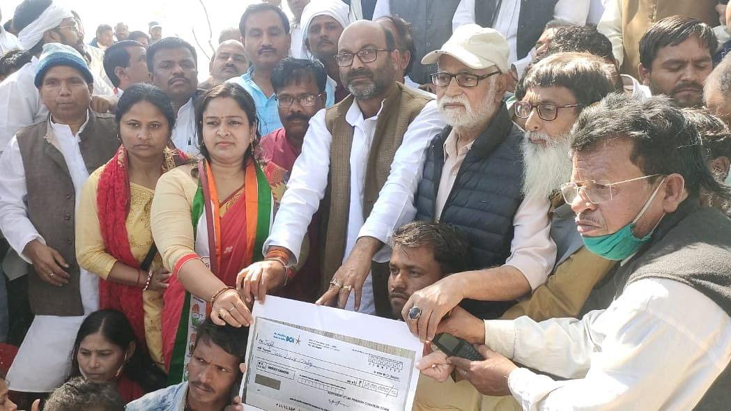 اجے کمار للو نے نشاد برادری کے لوگوں کو پیش کیا 10 لاکھ روپے کا چیک