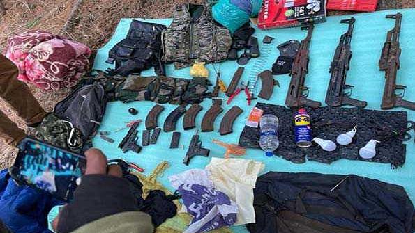 کشمیر: اننت ناگ میں ملی ٹینٹوں کے خفیہ ٹھکانے سے اسلحہ و گولہ بارود برآمد